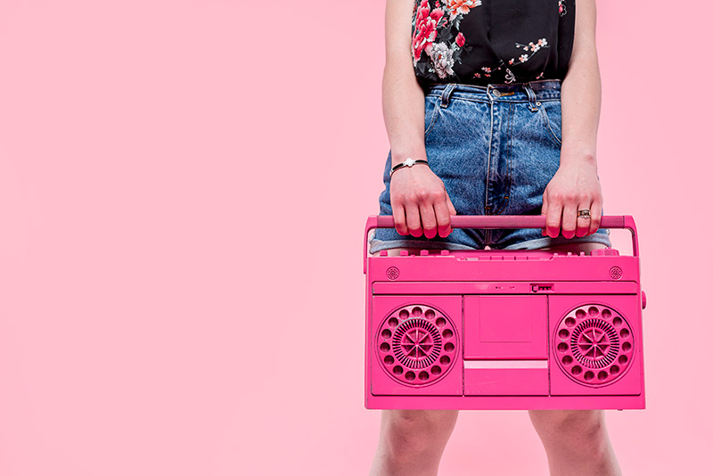 femme portant un poste radio rose